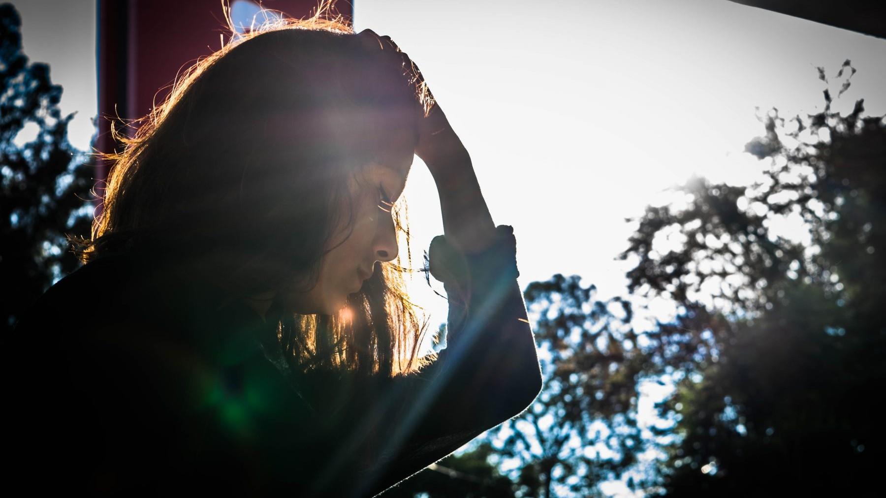 woman, sad, licht, zon, vergeving, smoezen