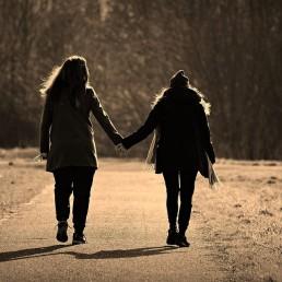 Vrouwen, Licht, Hand in hand