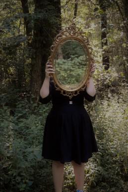 Woman, mirror, Lume