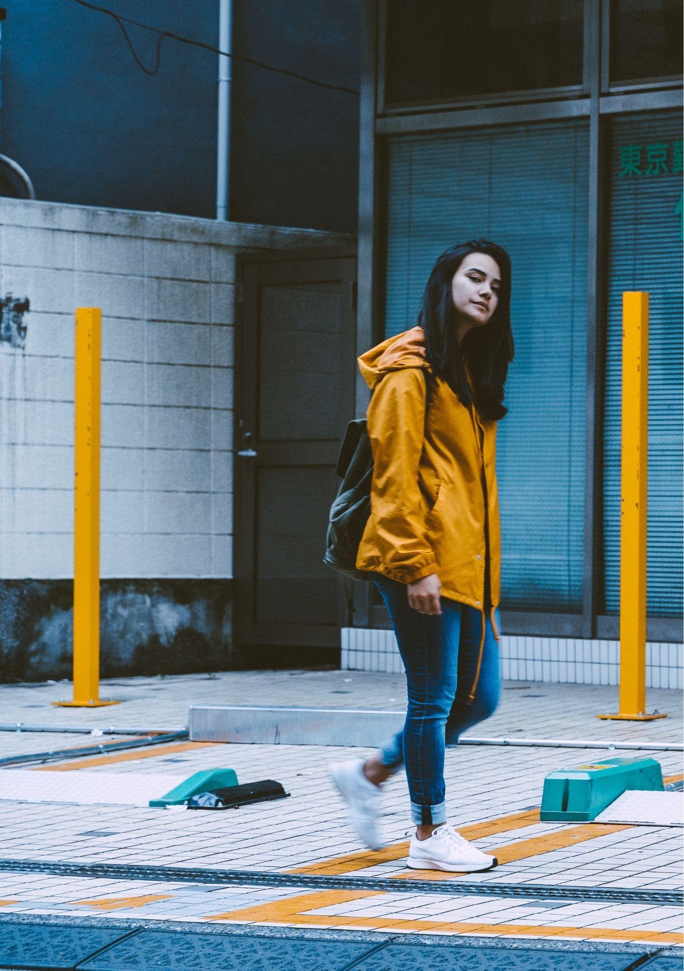 lume, vrouw, geel. lopen. paulus